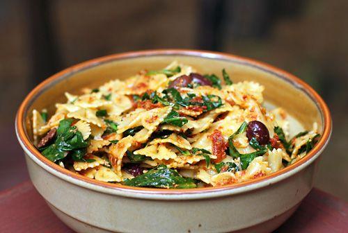 Pesto sosunu düşündüğümüz zaman aklımıza ilk önce fesleğenli pesto gelir. Aslında pek çok başka malzeme ile de pesto yapmak mümkün. Gün kurusu domates pestosu da bunun en iyi örneği. Çok lezzetli b...