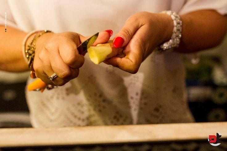 Lo #zenzero, utilizzato tanto in cucina e spesso come ingrediente speciale nei cocktail, ha un grande potere antinfiammatorio, favorisce la digestione, allevia la nausea, contribuisce a prevenire raffreddore e influenza, riduce dolori di diverso genere (da quelli mestruali a quelli dovuti ad esempio all'artrite) ma può aiutare anche in caso di semplice mal di testa.