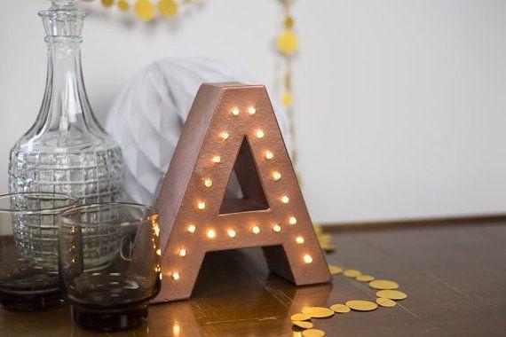 litera ze światłem