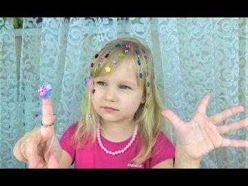 Украшаем волосы и пальчики!!! Развлечения для детей !!! Детские наборы игрушки как у мамы http://video-kid.com/20866-ukrashaem-volosy-i-palchiki-razvlechenija-dlja-detei-detskie-nabory-igrushki-kak-u-mamy.html  Наша группа в VK! Страница Алисы в FB - Инстаграм Мими Лиссы  Мой второй канал Мими Лисса 2 Канал моей мамы Мили Ванили Канал Левы Канал тети Нины Подписывайся на канал Алисы Мими ЛиссаУкрашаем волосы и пальчики!!! Развлечения для детей !!! Детские наборы игрушки как у мамы Алиса и…