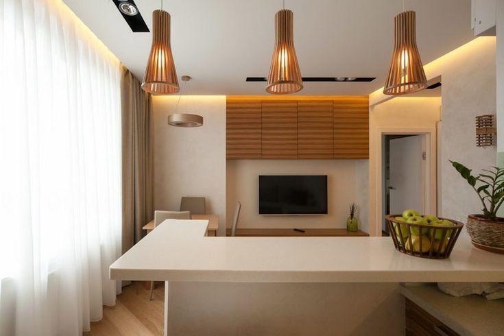 A fiatal férfi kétszobás, 43 négyzetméteres lakását világos, visszafogott dekorációval rendezte be, a hangulat meghatározó elemei a természetes anyagok, meleg fa felületek, szimpla, dekoratív falfestés és a modern, LED világítás.