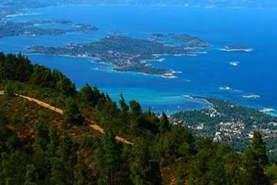 Τα νησιά της Βουρβουρούς στη χερσόνησο της Σιθωνίας αποτελούν τον μυστικό παράδεισο της Χαλκιδικής και έναν τόπο παραθέρισης για λίγους.  Πρόκειται για ένα σύμπλεγμα νησιών (Αμπελίτσι, Καλόγρια, Περιστέρι, Άγιος Ισίδωρος, Πρασονήσι) που περιβάλλουν το μεγάλο νησί, το Διάπορο.