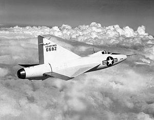 Aviones Caza y de Ataque: XF-92Velocidad máxima : 718 mph (624 nudos, 1.160 kmh)  Techo de servicio : 50.750 pies (15.450 m)  Tasa de ascenso : 8.135 pies / min (41,3 m / s)  Ala de carga : 34 libras / ft² (168 kg / m²)  Empuje / peso : 0,51
