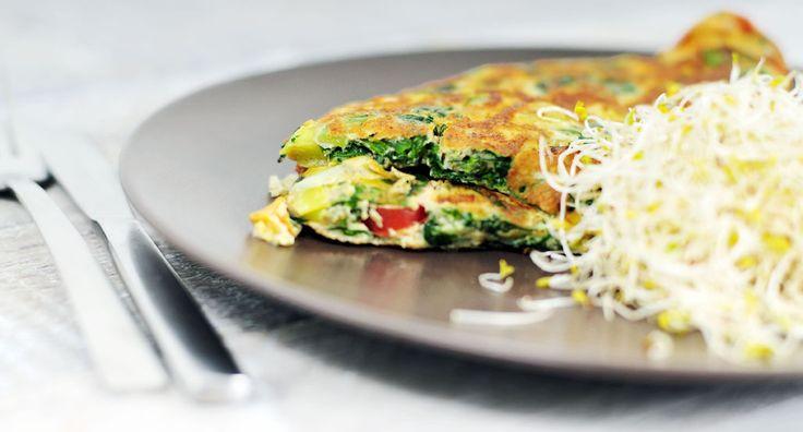 Omelet met spinazie. Ingrediënten:  • 4 eieren •  150 verse spinazie • 1 prei • 6 snoeptomaten • Flinke dot alfalfa • 2 klontjes roomboter • 1/2 tsp peper • 1 tsp paprikapoeder • Snufje zout