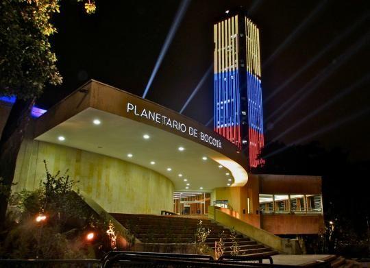 Colombia - Planetario Distrital, al fondo la Torre Colpatria, Bogotá D.C.