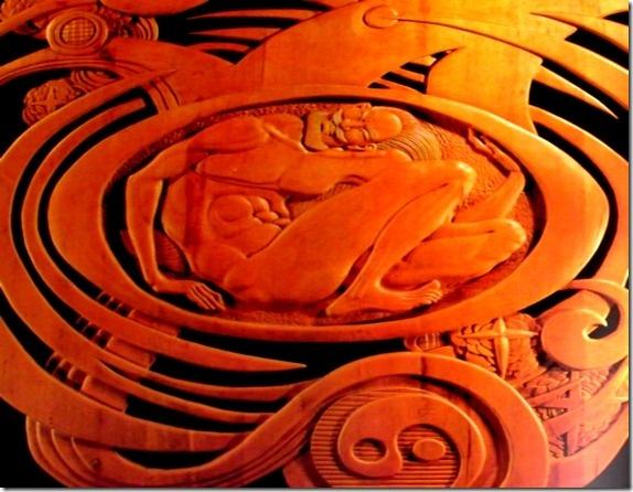 """Pangu ( 盘古, Pángǔ) se puede traducir literalmente como """"plato de la antiguedad"""", hace referencia en la mitología China al creador de todas las cosas y aclara la teoría cosmogónica que sitúa el Hombre entre el cielo y la Tierra como base constitutiva de toda una civilización. El primer autor que registró el mito de Pangu fue Xu Zheng (徐 整) durante la época de los Tres Reinos (三国) periodo comprendido entre la fundación de Wei en el 220 y la conquista de los Wu por la dinastía Jin en el 280."""