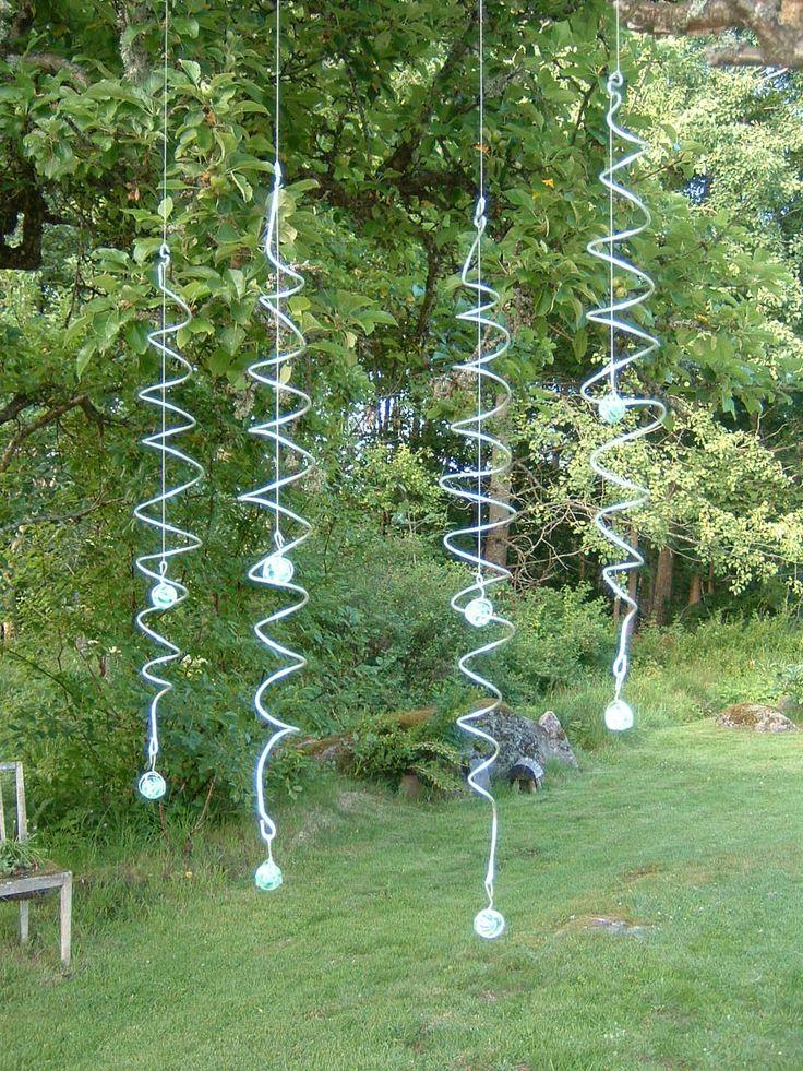 Vindsnurror. Effektfullt. Ser ut som glaskulan vandrar upp eller ner, när spiralen vrider sig i vinden.