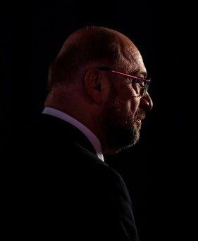 SPD: Martin Schulz gibt auf - Politik - Aktuelle Politik-Nachrichten - Augsburger Allgemeine  -  Martin Schulz gibt auf  Der gescheiterte Kanzlerkandidat verzichtet auf den Posten des Außenministers. Wie er seinen Rückzug begründet und warum auch der Druck auf die Kanzlerin wächst