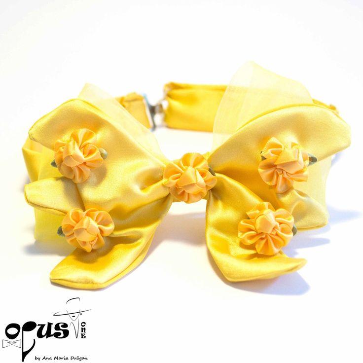 Papion Pre-Tied galben Material: bumbac satinat, poliester si voal organza; Flori din saten aplicate; Dimensiune: 14 x 10 cm; Inchizatori metalice; Reglabi