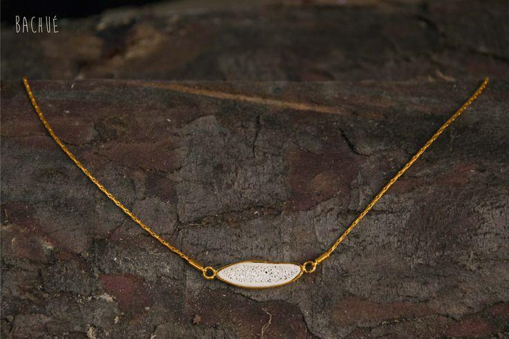 - Quyne - Collar Quyne horizontal con caja. Tiene cadena en baño en oro y dije en hueso.  Fotografía Andrés Hoyos