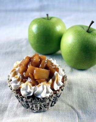 Kamomillan konditoria: Omena-karamellipikkukakkuset