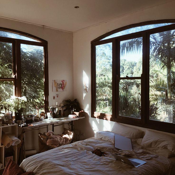 Quarto arejado janelas largas luz clean aconchegante