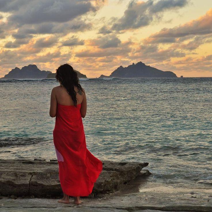 En días de lluvia y frío no puedo dejar de añorar las tardes que pasé en la pequeña isla de Nadi en Fiji. Al caer el sol íbamos a la parte oeste para sentarnos y disfrutar de coloridos atardeceres. Estábamos en silencio un pequeño grupo de viajeros solitarios que coincidimos en la misma casa-hostal. Una vez que el naranja desaparecía del cielo empezaba la conversación... Momentos de paz y de admiración de los regalos que nos da la naturaleza.