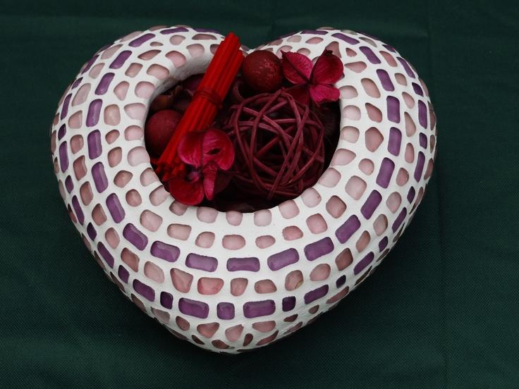 terracotta hartje beplakt met mozaiek en gevuld met potpourri