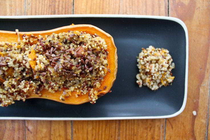 Une courge de variété Butternut     150 g de mélange au quinoa et au boulgour     50 g d'amandes entières     Une échalote     Huile d'olive     3 càc d'origan séché     20 g de graines de lin     Sel     Poivre – de Madagascar pour moi