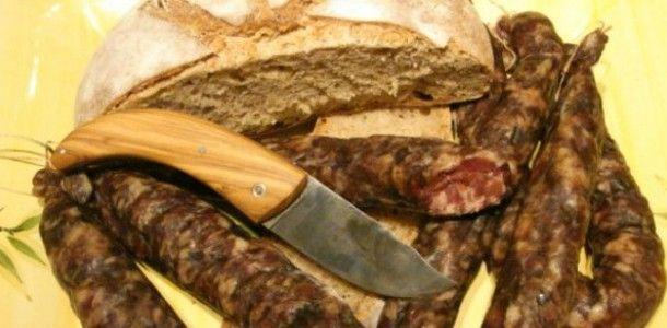 Figatellu - Saucisse corse composée en majorité de foie de porc et parfumée aux épices et à l'ail. Dit comme ça, c'est vrai que ce n'est pas très sexy, mais le goût vous fera vite changer d'avis ! Réputés dans la Corse entière, les figatelli (pluriel de figatellu) sont parmi les ingrédients insulaires phare.