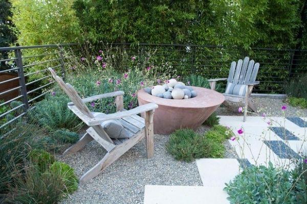 Самодельная садовая мебель и место для костра