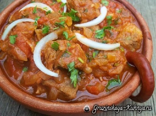 Остри или тушеная говядина по-грузински - это популярное горячее пряное блюдо из тушеного мяса.