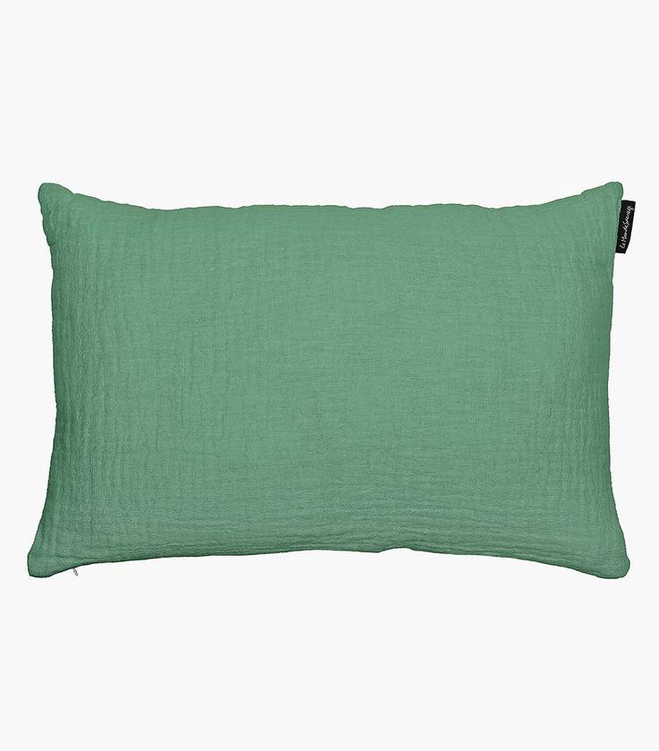 """Cojín de lino """"gaufré"""" arrugado en color verde menta oscuro . Combínalo con el plaid en los mismos tonos y recrea una atmósfera donde el reloj se para y sólo se siente el placer del descanso. Incluye relleno. Medidas: 60x40Lavar a máquina máximo 30 grados."""
