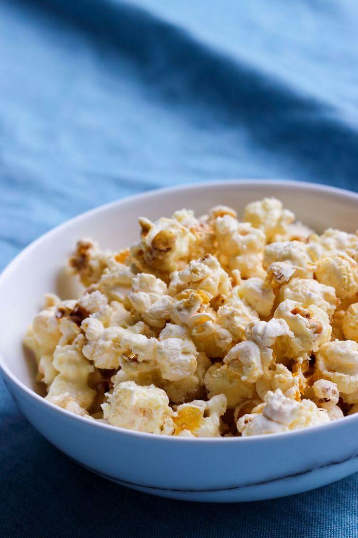 """Het lekkerste recept voor """"Popcorn met witte chocolade en kokos"""" vind je bij njam! Ontdek nu meer dan duizenden smakelijke njam!-recepten voor alledaags kookplezier!"""