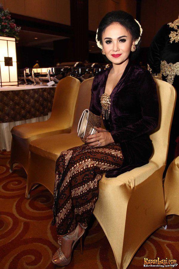 Yuni Shara, in simple velvet
