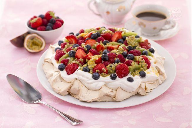 La Pavlova è un dolce estivo di origine australiana a base di meringa  soffice, panna montata e guarnito con frutta fresca.