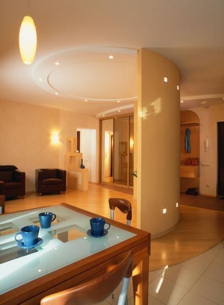 Освещение.  Разрабатывая освещение своего дома, нужно учитывать множество факторов. Количество окон в комнате, как часто и насколько в нее заглядывает солнышко (солнечная или теневая сторона), цвет стен, полов и мебели, тип помещения и многое другое. Для кухни требуется больше света, чем для спальни, темная мебель поглощает свет, а значит, потребуется много искусственных источников света. Используйте разные типы светильников: лампочки по периметру потолка прекрасно дополнят настенные бра.