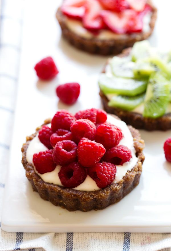 These No-Bake Mini Fruit Pizzas are a simple, raw, nutritious dessert with no refined sugar that taste just as awesome as a regular fruit pizza! 200 calories.