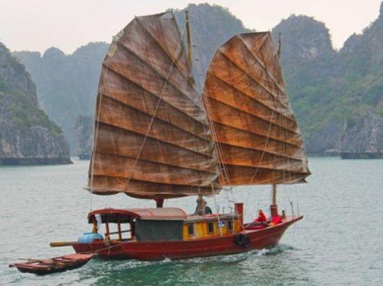 Cette croisière insolite et bien authentique  qui vous offre une experience unique en baie de Lan Ha et Halong. Au cours de votre périple, vous hisserez les voiles pour naviguer aux caprices du vent. L'équipage vous fera découvir les maisons flottantes et les activités de leurs habitants en vous invitant à une partie de pêche sur les pontons de leurs viviers.