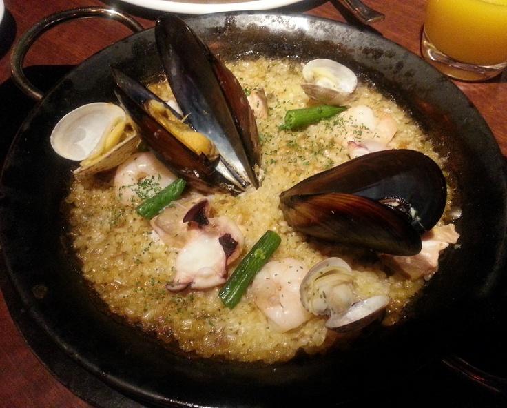 オホーツクシーフードパエリア (エビ、タコ、サーモン、ムール貝) ¥1,100 -Paella- ~スペインの郷土料理、特製の鍋で炊き上げます~