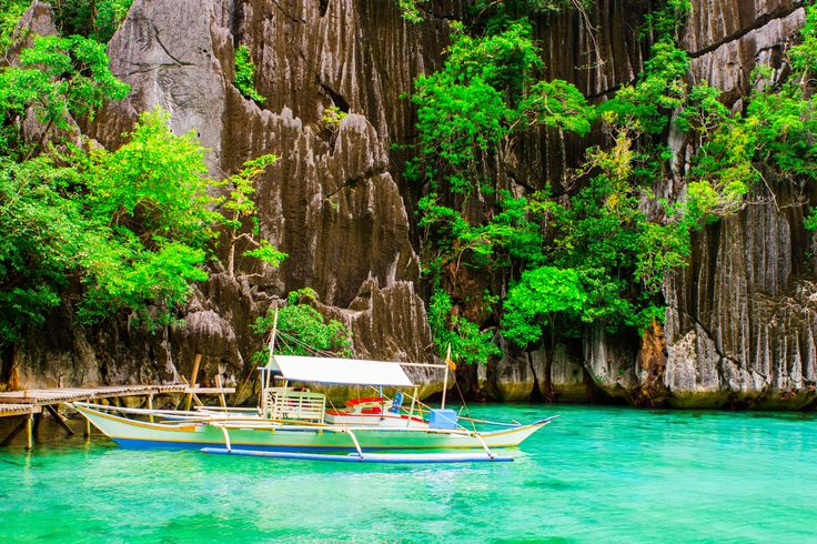 short boat ride from Coron, we reached the entrance to Baraccuda Lake