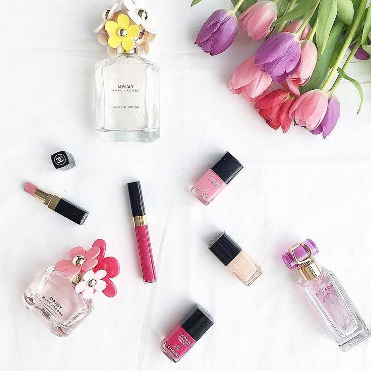 http://www.youtube.com/channel/UCqEqHuax3qm6eGA6K06_MmQ?sub_confirmation=1 Guten Morgen ihr lieben!  Sonnenschein und frei ist das nicht perfekt?  Wir genießen den Tag zuhause deshalb heute mal ein Bild von meinen momentanen Favorites an Farben!  Was habt ihr schönes vor?  #colors #lipstick #chanel #nailpolish #naillacquer #makeup #tulips #pink #white #inspiration #daily #inspo by _felistyle