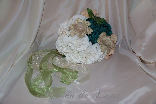 Ramo de flores de tela para conservar Por Siempre Jamás, con flores de papel realizadas con pergamino antiguo, mariposa de plumas en verdes, para un vestido diseño de Jordi Dalmau. algodondeluna@gmail.com o 606619349