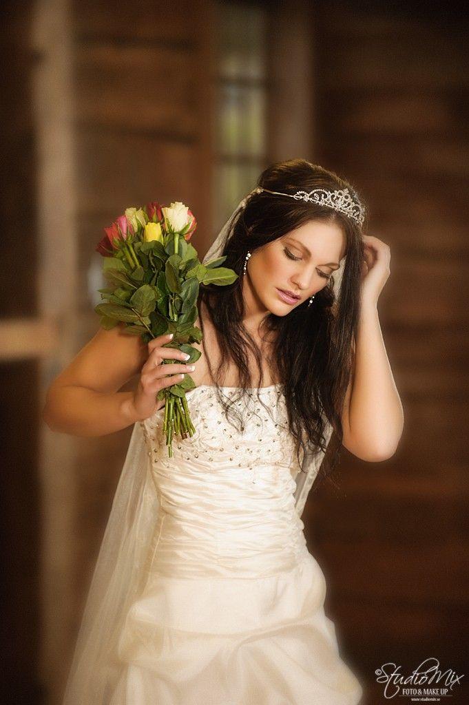 Eftersom vår inriktning i StudioMix är främst inriktat på bröllop så frågade vi Louise om hon ville ställa upp och fotas i Bollans brudklänning. Fotona är tagna under träffen i ladan som vi har tillgång till. Vi gillar att skapa olika sorters brudbilder och i olika miljöer. Bollan har gjort hår och makeup.  <br/>Sista bilden är en bonusbild.