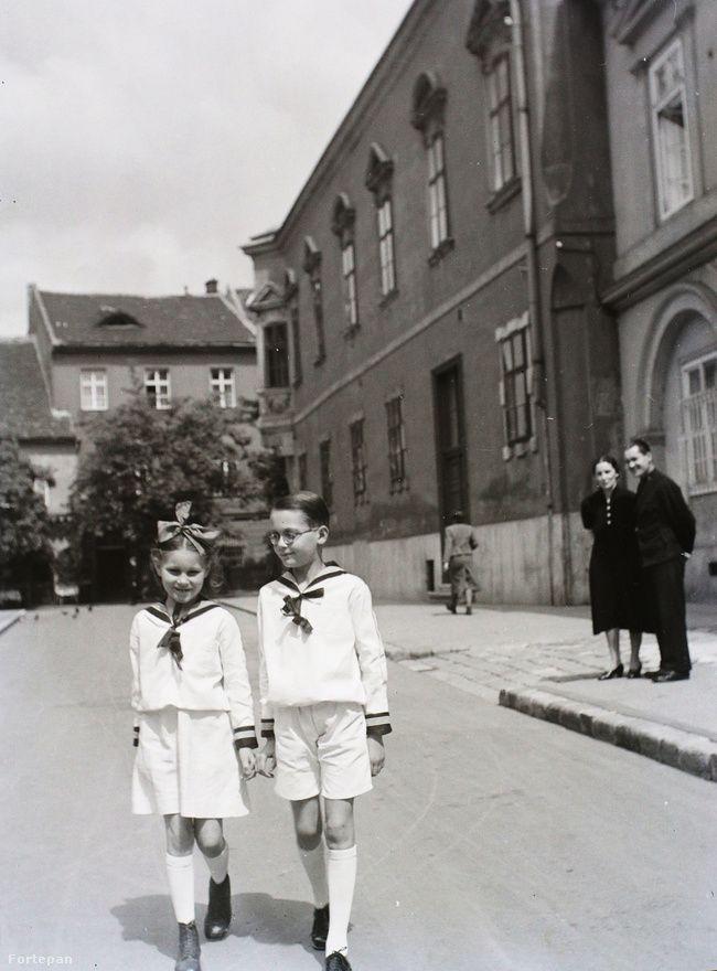 Budapest, 1941 Iskolai egyenruhás gyerekek az Úri utcában.  Buzinkay Géza/Fortepan
