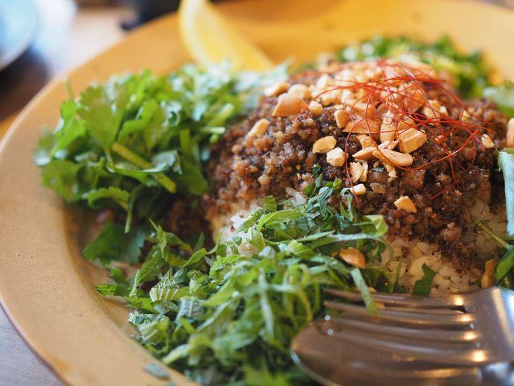 大人気!鎌倉「オクシモロン」風キーマカレーを再現してみよう - macaroni エスニックそぼろのカレーの再現レシピも人気 一番人気のエスニックそぼろのカレーの再現レシピも人気。たっぷりの香草にナッツとレモンの風味が加わったアジアンテイストたっぷりのカレーになっています。お店では玄米に雑穀米を混ぜたものを使用しているようですが、玄米やタイ米、硬く炊いた白米などでも合うと思います。  エスニックそぼろのカレーは、まずフライパンにオイルを入れて、ニンニク、生姜のみじん切りをオイルで炒めます。そのあとに豚肉を入れ、グリーンカレーペーストやナンプラー、砂糖などの調味料を入れてカリカリになるまでよく炒めましょう。 炒めたらご飯をお皿の中央に盛って、刻んだ青ネギ、しそ、三つ葉、パクチーなどの香味野菜をご飯の周りに盛りつけます。ご飯の上に炒めたひき肉をかけ、ピーナッツ、レモンを絞って完成です。ガバオのようなテイストを感じますが、スニックでありながらより日本人好みに仕上げられているような味わい。
