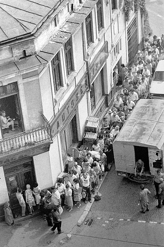 People waiting in line to buy sugar, Bucharest, 1983, Coada la zahar pe strada Galati in 1983.