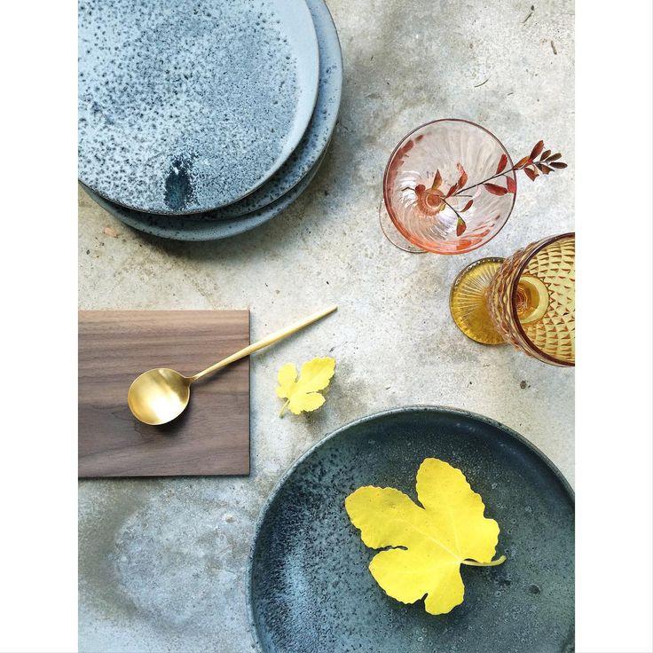 Vi er vilde med farverne på denne årstid • på vores bord lige nu er dette den perfekte efterårs palette.  #unikakeramik #valnøddebrædder #guldbestik #rosaglas #amberglas #guldbestik #atablestory #efterår #efterårsfarver #bordopdækning #khwurtz @khwurtz #vintageglas #danskdesign #skandinaviskehjem #bobedre