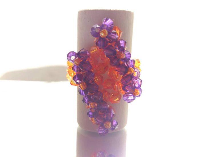 Anillo diseño rombo, tejido en naranjo y violeta