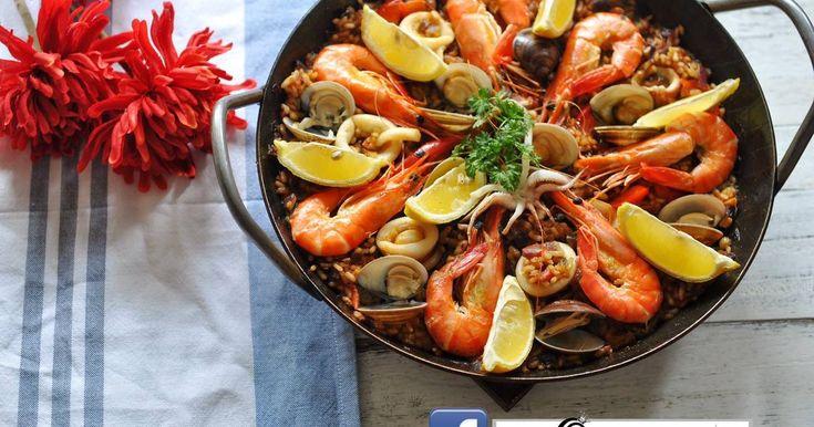 [turk鑄鐵鍋][一鍋到底]西班牙海鮮燉飯-Paella Marinera 的精彩食譜。食物有助於家人與朋友間的交流,而Paella就是一道非常推荏的料理,使用新鮮優質的食材,做出親密的料理,透過高湯和材料的融合,在看到美好食物端上餐桌時的驚呼連連,隨興的搭配白酒,紅酒或啤酒,極度滿足視覺及味蕾,不論與家人或友人共享,都是超棒的一餐…  西班牙燉飯,就猶如我們在傳統市場,看到油飯或炒飯的攤子一樣的稀鬆平常。大家帶著一盒盒的燉飯回家,輕鬆享用美食  本文同步分享於:http://lovefiona.pixnet.net/blog  影音食譜請參考:https://youtu.be/61__Vf5mOIE  訣竅提示  TIP.  ◆bomba米 的優點是久煮不爛,請至少加入2次高湯, 在烹煮的時候可邊煮邊試吃米的軟硬度,以便隨時做調整  ◆由於高湯本身就有鹹味,並未再加鹽, 若使用無塩海鮮高湯,可視個人口味加鹽調味  ◆正統西班牙燉飯做法是將料炒好,米煮熟再將炒好的料平舖上去  ◆做這道燉飯,鍋子寧可大,煮薄薄一層,若不...