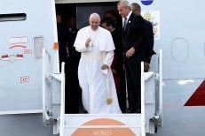 Hundreds bid Pope Francis farewell at JFK Airport, despidiendo al Santo Pontifice. Setiembre 27, 2015.