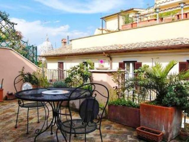 Terraza con vistas al centro histórico de #Roma. Alquila este céntrico #piso para 4 personas en la ciudad eterna.