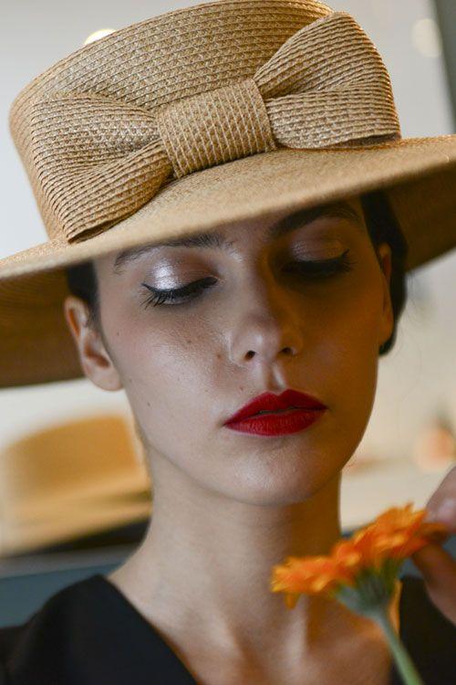 Chapeau bérêt rouge en paille cousue