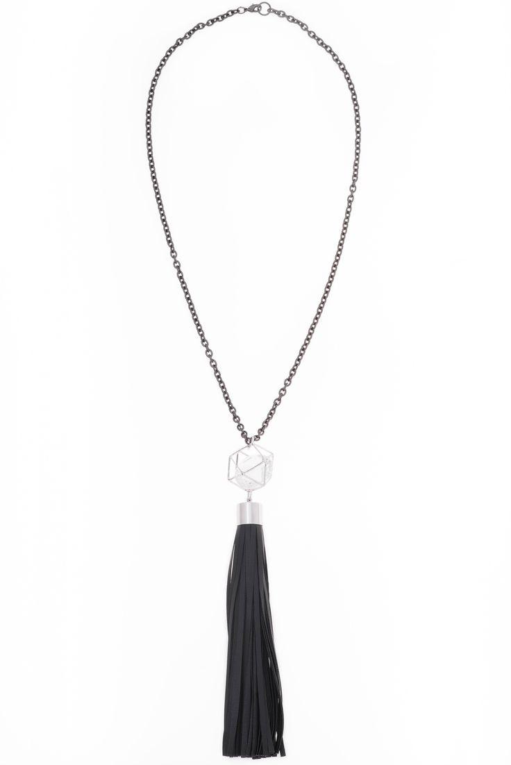 Collar estilo corbatín de 70cm de largo y 20 cm de altura, en baño de rodio y gunmetal con piedra color cristal y mota en vinipiel color negro.  Collar modelo 317762 ❤