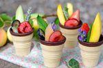 Conos de helado rellenos de fruta