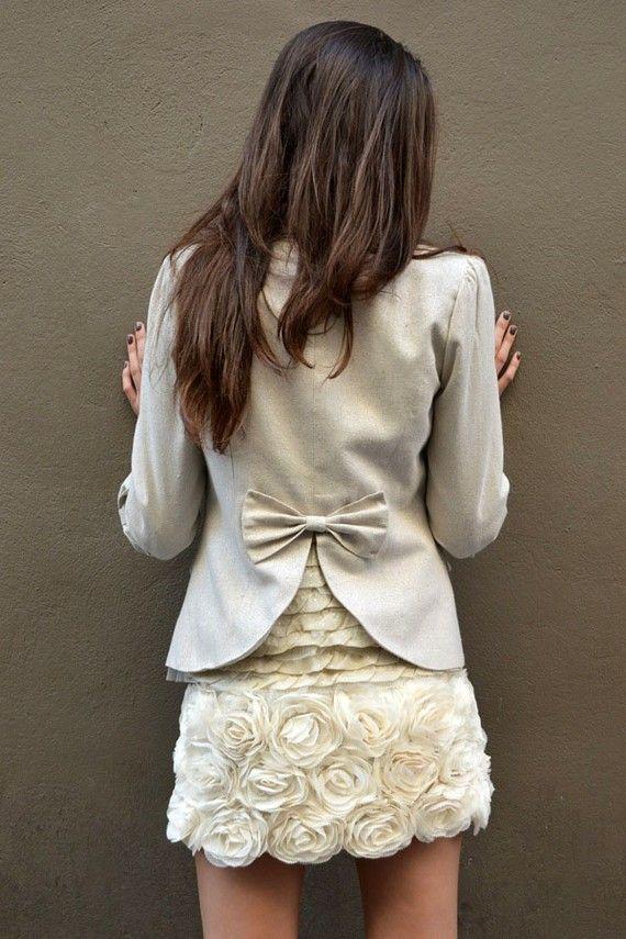 Veste Beige brillante avec dentelle , manches ¾, noeuds fantaisie dans le dos, mini jupe crème motif fleur