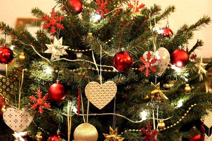 Święta to szczególny okres w naszym kalendarzu.  Kojarzą nam się z rodzinnymi spotkaniami przy stole, wspaniałą atmosferą, długimi ucztami i oczywiście mnóstwem prezentów.  Tego klimatu nie byłoby jednak bez odpowiednich ozdób 🎄🎄 To właśnie one wprowadzają nas w świąteczny klimat i pozwalają poczuć magię tego szczególnego czasu.  Moc świątecznych dekoracji! Choinki, lampki świąteczne, świeczniki, girlandy, zawieszki choinkowe i wiele innych dekoracji  Poczuj magię świąt !