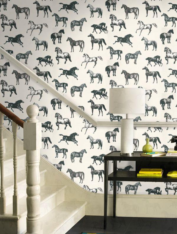 De uitspraak 'er staat een paard op de gang' mag letterlijk genomen worden met dit originele behang. #inspiratie #interieur