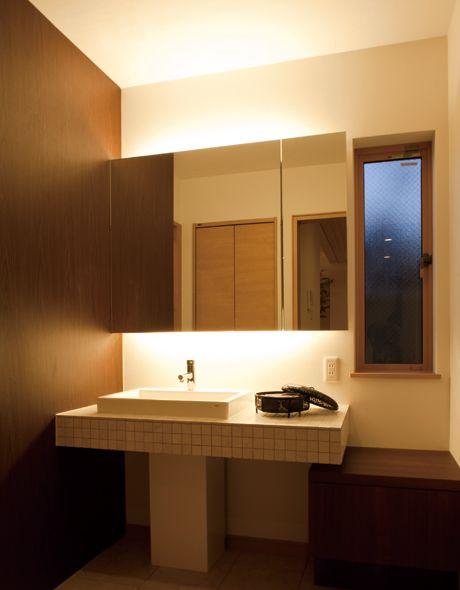 まるで空に浮かんでいるようにデザインされたスペインタイルの洗面カウンター。収納付のミラーキャビネットに間接照明を組み込みました。 おしゃれ 洗練された 造作洗面 洗面室 洗面台 洗面ボウル 収納 タイル 洗面 カウンター                                                                                                                                                                                  もっと見る