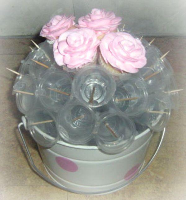 Cupcake bouquet Achei prática esta dica para quem quiser fazer um vaso com Cupcakes..